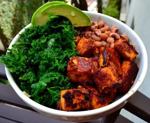 tazón de tofu bbq con col rizada y frijoles